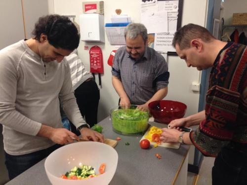 Keskittyneitä miehiä salaatinvalmistushommissa. Kuvassa vasemmalta Espi, Ali, Ibis. — at Pengertupa. 10.2.2016
