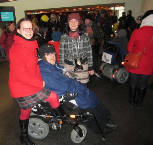 Vammaifoorumin ja Tukikeskus Hilman naisia osallistui tänään järjestetylle korkkarimarssille vammaisiin naisiin kohdistuvaa väkivaltaa vastaan. Pieni, mutta sitäkin sisukkaampi 18.10.2013