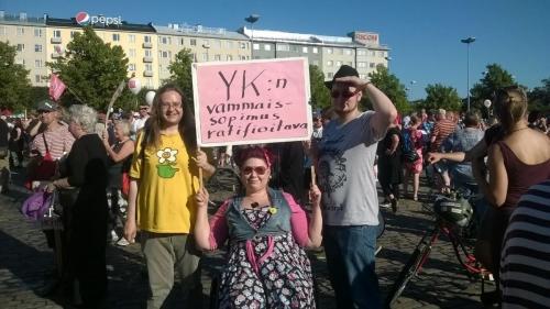 YKn vammaissopimuksen ratifiointia vaadittiin hallituksen leikkaustoimenpiteitä vastustavassa mielenosoituksessa 22.8.2015.